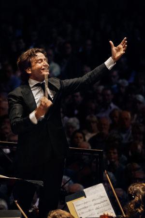 kapellimestari Gustavo Gimeno johtaa