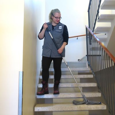 Siivooja pyyhkii rappusia.
