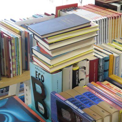 Vanhoja kirjoja pinossa.