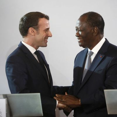 Norsunluurannikon presidentti Alassane Ouattara ja Ranskan presidentti Emmanuel Macron pitivät yhteisen lehdistötilaisuuden Abidjanissa.