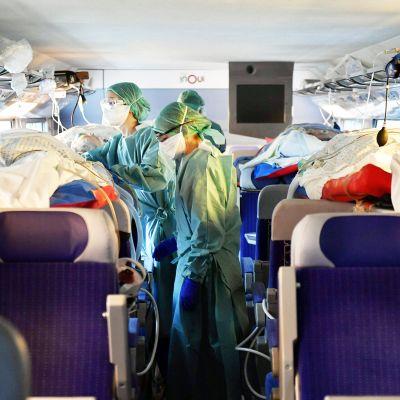 Ranskalasiet sairaanhoitajat hoitavat koronavirukseen sairastuneita junassa.
