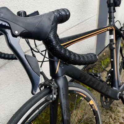 Kuvassa on onnettomuudessa loukkaantuneen pyöräilijän vahingoittunut pyörä.