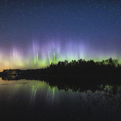 Revontulia Hämeenlinnan taivaalla