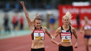 Zenitha Eriksson etta, Karin Storbacka tvåa, 800m Joensuu, 23.7.2015.
