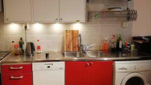 Städat kök med diskbänken avtorkad