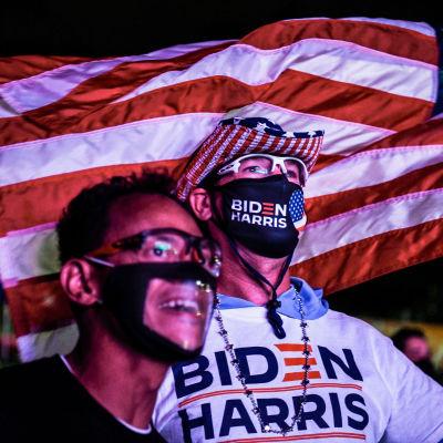 Joe Bidenin kannattajia ja usan lippu taustalla