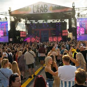 Headland lavan edessä iso yleisö