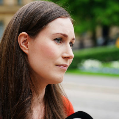 Statsminister Sanna Marin (SDP) i sidoprofil och närbild vid Ständerhusets trappor i Helsingfors.