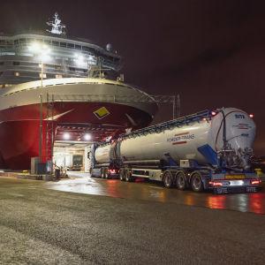 Långtradare på väg in i Viking Lines fartyg i hamnen i Stockholm.