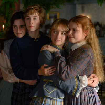 De fyra systraran March poserar framför julgranen.