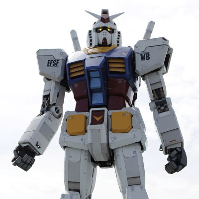 En 18 meter hög Gundam-figur i en park i Tokyo.