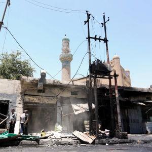 Bagdadbor samlas på platsen där en bilbomb exploderade den 30 maj 2017. Minst fem personer dödades och 17 skadades.