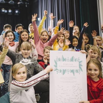Glada elever med klimatavtal