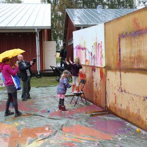 Så här såg det på Humlefestivalen 2016. Barn målar på en vägg.