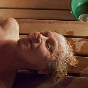 muistisairas aili on saunassa
