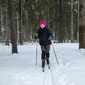 vihreiden pj Pekka Haavisto hiihtää
