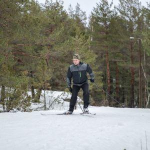 kokoomuksen puheenjohtaja Petteri Orpo hiihtää