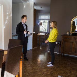 Kiinteistönvälittäjä Sebastian Lindén esittelee Irina Karppiselle asuntoa.
