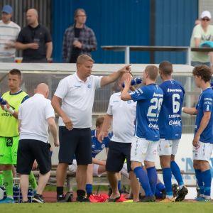 Mikkelin Palloilijoiden päävalmentaja Juha Pasoja ohjeistaa pelaajia