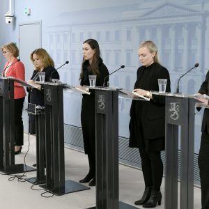 Regeringen vid presskonferens våren 2020.