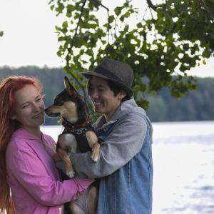 Kotihoitola Kuikun Linda Marin ja Akira Greus pitävät Pepi-rescuekoiraa sylissä