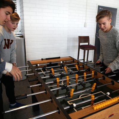 FC Interin juniorit pelaavat pöytäfutista.