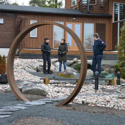 Rautarenkaasta on tehty portti Minna Karlssonin ja Jari Rinteen pihalle.