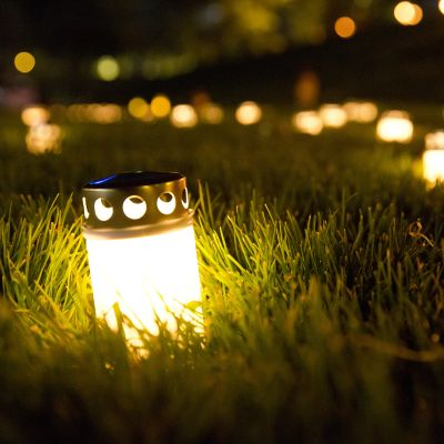 kynttilöitä ruohikolla