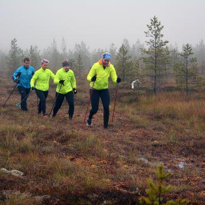 Laura Lehtilä (oik.), Anna-Maria Lounatvuori, Teija Yli-Rahnasto ja Hannu Pennala suojuoksemassa Seinäjoen Isonevalla.