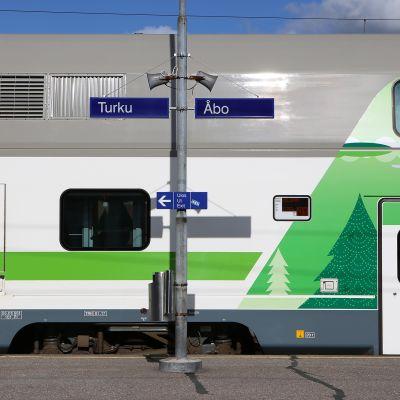 Juna odottaa lähtöä Turun rautatieasemalla.