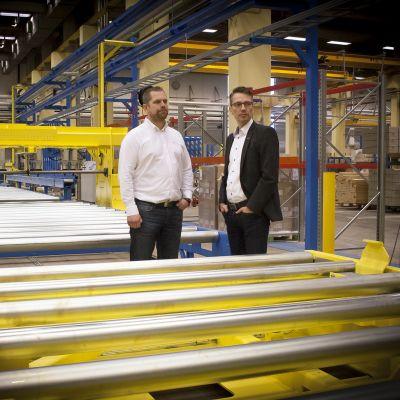 Jan-Erik Rusk ja Petri Torvinen katselevat uutta tuotantolinjastoa Älvsbytalon Kauhajoen tehtaalla.