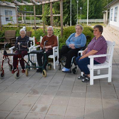 Eeva Laiti (vas.), Kaisa Vedenjuoksu, Esteri Alanen ja osastonhoitaja Arja Pitkäranta Myllyrannan palvelukeskuksen takapihalla.