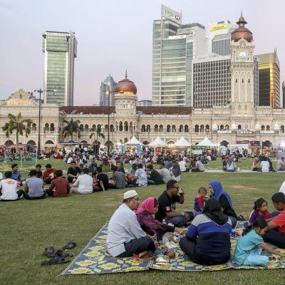 Malesian muslimeja kokoontuneena paaston päättymisen aikaan.