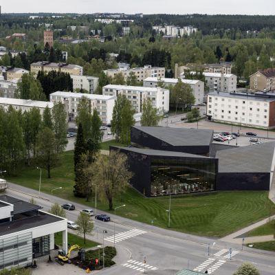 Seinäjoen keskustaa ja uusi Apila-kirjasto Lakeuden Ristin kellotornista kuvattuna.