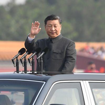 Kiinan presidentti Xi Jinping tervehti tarkoin valikoitua juhlayleisöä Pekingin keskustassa kansantasavallan 70-vuotisparaatissa.