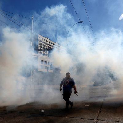 Mielenosoittaja kadulla Valparaisossa Chilessä.