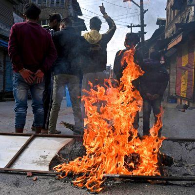 Intiaa vastustavia mielenosoittajia Srinagarin kadulla.