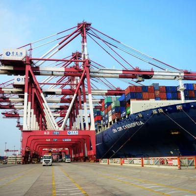 Laivaa lastataan Qingdaon satamassa Kiinassa.