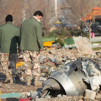 Utredare bland vrakdelarna i Iran.