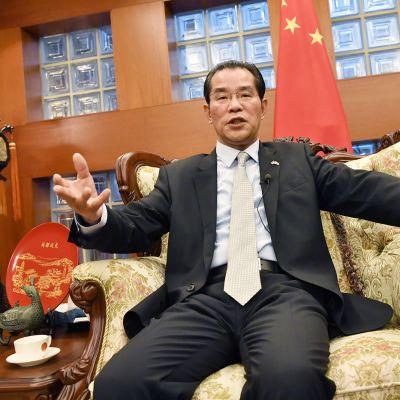 Kiinan suurlähettiläs Gui Congyou puhuu tiedotustilaisuudessa Tukholmassa.