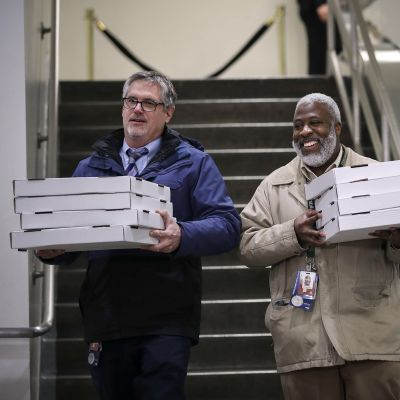 Senaatin työntekijät kantavat pizzalaatikoita Washingtonissa.