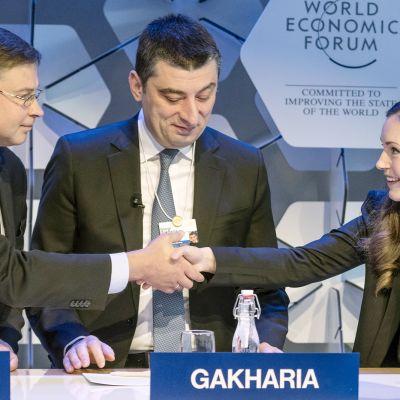 Valdis Dombrovskis , Giorgi Gakharia, Sanna Marin maailman talousfoorumissa Davosissa.