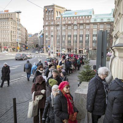 Ihmiset jonottavat Schjerfbeckin näyttelyyn Ateneumin edustalla.