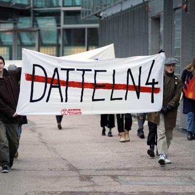 Mielenosoitus Fortumin pääkonttorin edustalla Keilaniemessä.