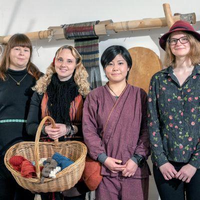 Joukko muinaistekniikan artesaaneiksi opiskelevia naisia.