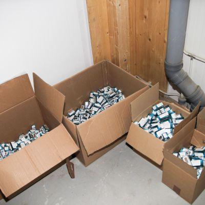 Poliisi teki kesäkuussa 2019 paikanetsinnän varastoon, josta löydettiin yli 2000 käyttöjaksoa dopingaineita. Kuvassa osa takavarikoiduista dopingaineista.