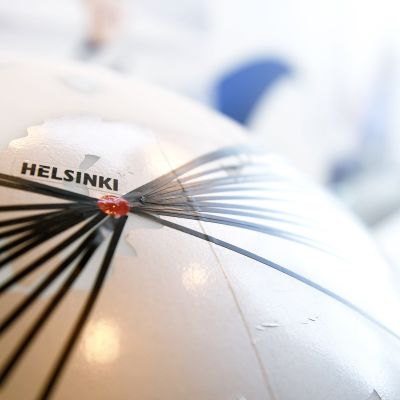 Finnairin pääkonttorin aulassa oleva maapallo, johon on merkitty Finnairin reitit.