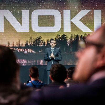 Toimitusjohtaja Rajeev Suri esittelee Nokian uusia tuotteita Barcelonassa helmikuussa 2019.