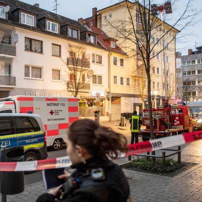 Poliiseja pelastushenkilökuntaa joukkoampumispaikalla Saksan Hanaussa.