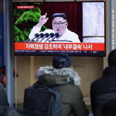 Kim Jong-un puhuu televisiossa, eteläkorelalaiset seuraavat.